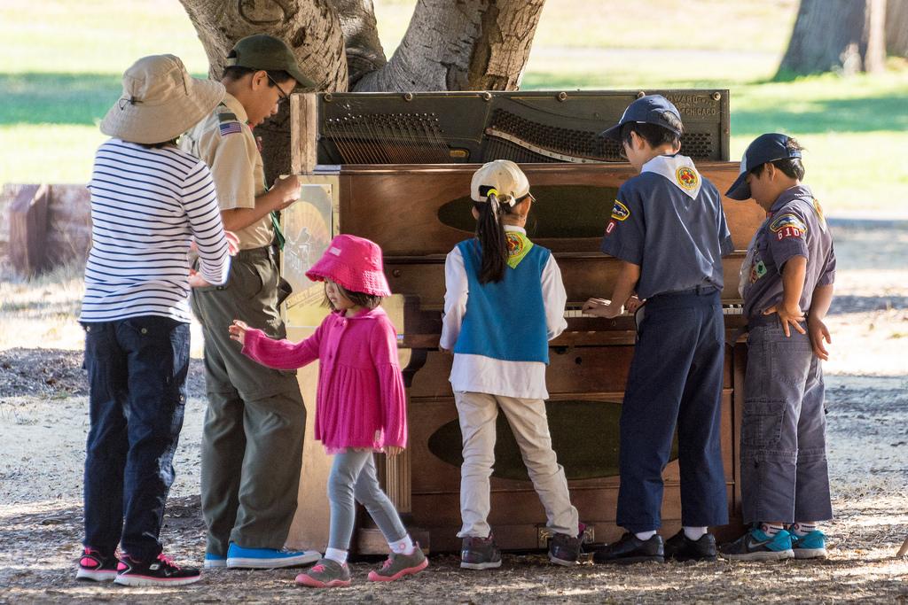 kids at the piano